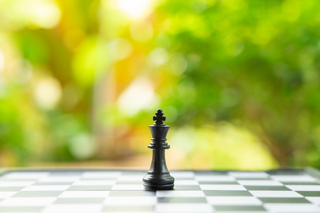 Tablero de ajedrez con una pieza de ajedrez en la parte posterior negociación en los negocios.
