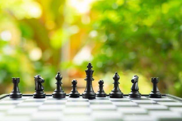 Tablero de ajedrez con una pieza de ajedrez en la parte posterior negociación en los negocios