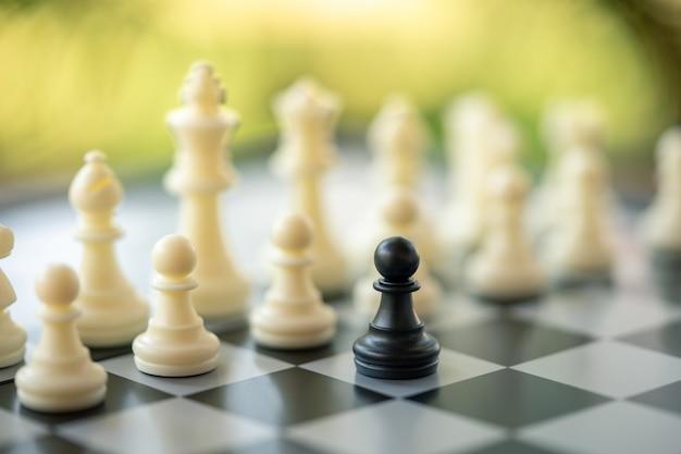 Tablero de ajedrez con una pieza de ajedrez en la parte posterior. negociación en los negocios.