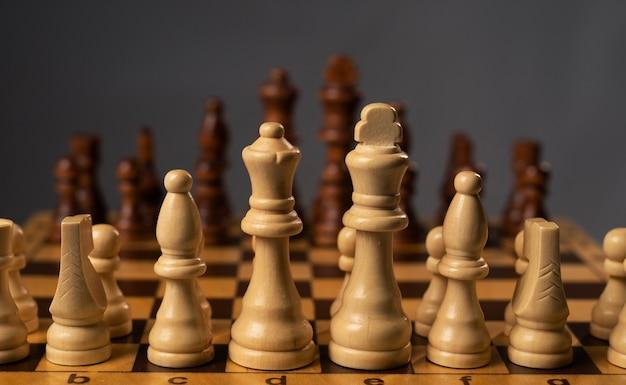 Tablero de ajedrez con piezas de ajedrez al comienzo del juego.
