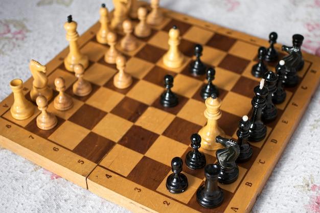 Tablero de ajedrez con sus fichas en acción