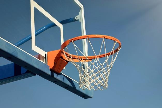 Tablero de baloncesto en el baloncesto de la escuela.
