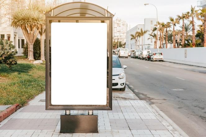 Tablero blanco vacío en la parada de autobús