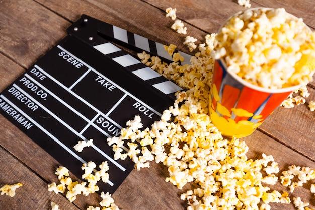 Tablero de la chapaleta de la película y palomitas de maíz