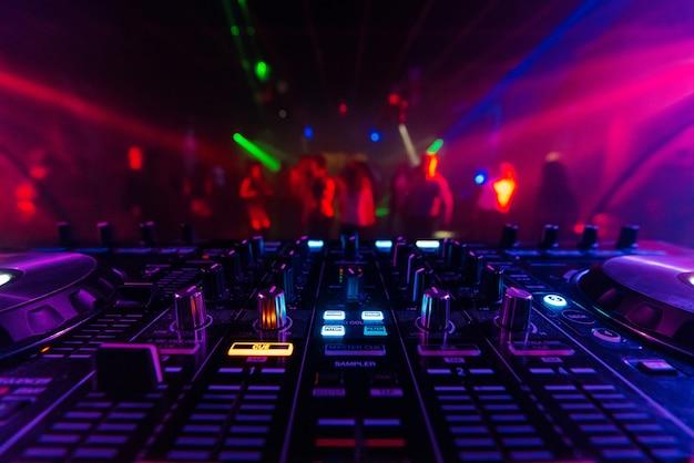 Tablero controlador de mezclador dj para mezclar música electrónica profesionalmente en un club nocturno