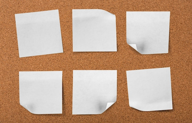 Tablero de corcho con notas en blanco