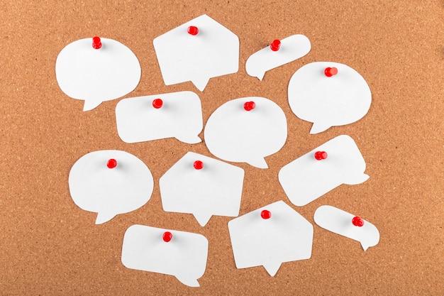 El tablero de corcho con notas en blanco