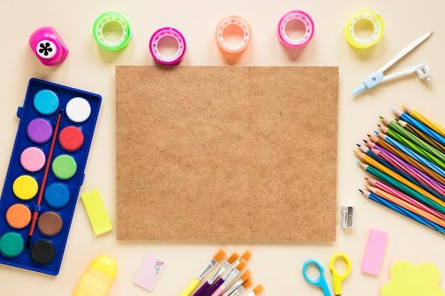 Tablero de corcho y útiles escolares coloridos