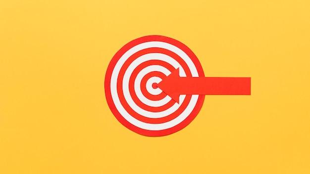 Tablero de dardos con flecha en el centro