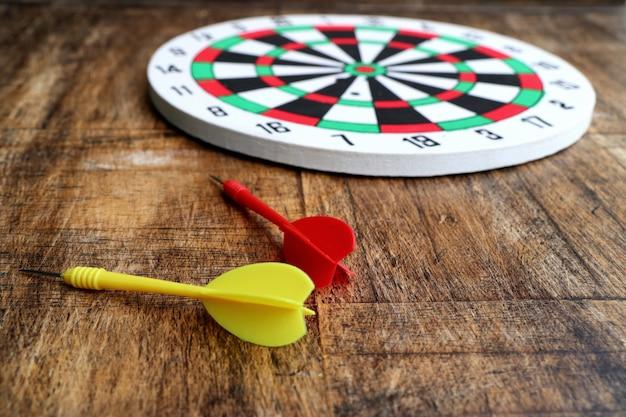 Tablero de dardos con flechas