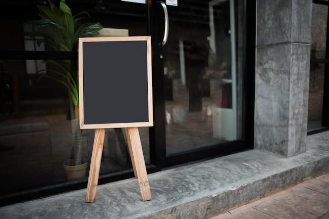 Tablero de tiza negro en blanco delante del café