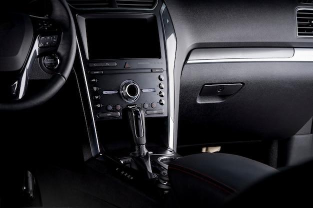 Tablero digital del automóvil: volante, transmisión automática y pantalla táctil dentro de la cabina