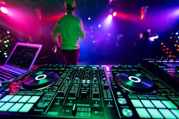 Tablero dj controlador de música profesional para mezclar música electrónica en una fiesta de club nocturno