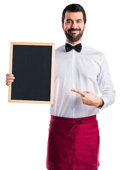 Tablero feliz adulto del camarero del camarero
