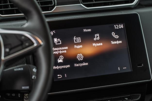 Tablero de instrumentos de automóvil moderno con sistema de navegación y puerto usb. ranura usb en el interior del coche.