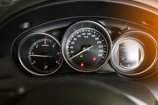 Tablero de instrumentos del coche que muestra la instrumentación