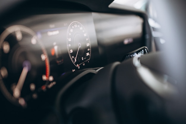 Tablero de instrumentos del coche y la rueda de cerca