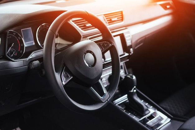 Tablero interior y volante del automóvil moderno