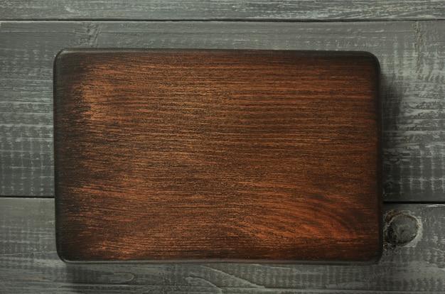 Tablero de letrero sobre fondo de madera