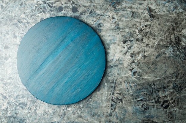 Tablero de madera cocina azul texturada en la superficie de piedra oscura
