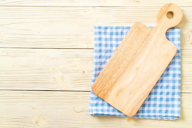 Tablero de madera de corte vacío con paño de cocina