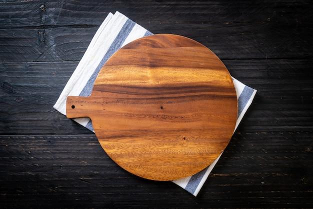 Tablero de madera de corte vacío con trapo