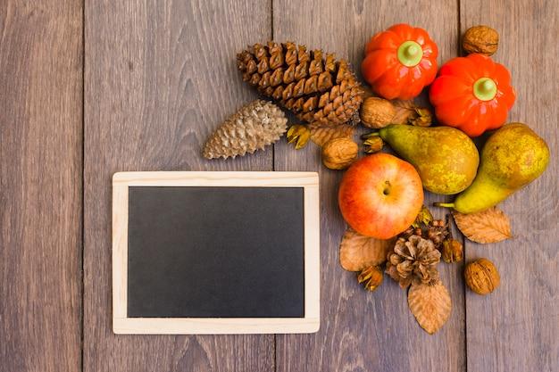 Tablero de madera con frutas y verduras en la mesa