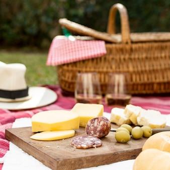 Tablero de madera con golosinas de picnic