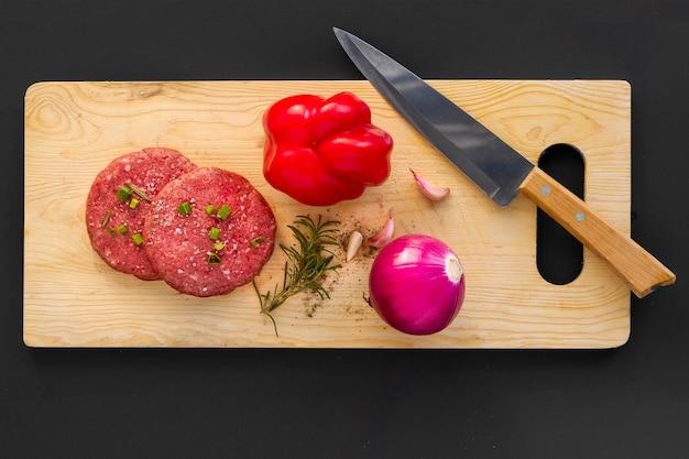 Tablero de madera con ingredientes de hamburguesa