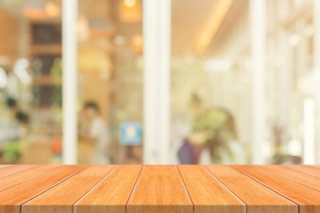 Tablero de madera mesa vacía delante de fondo borroso