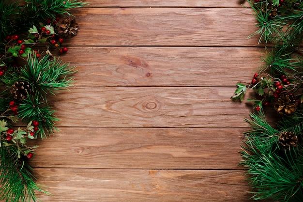 Tablero de madera con ramas de navidad.