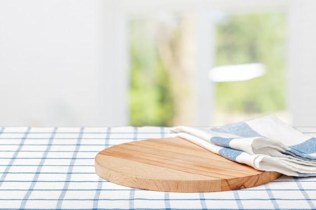 Tablero de madera con una servilleta sobre una mesa