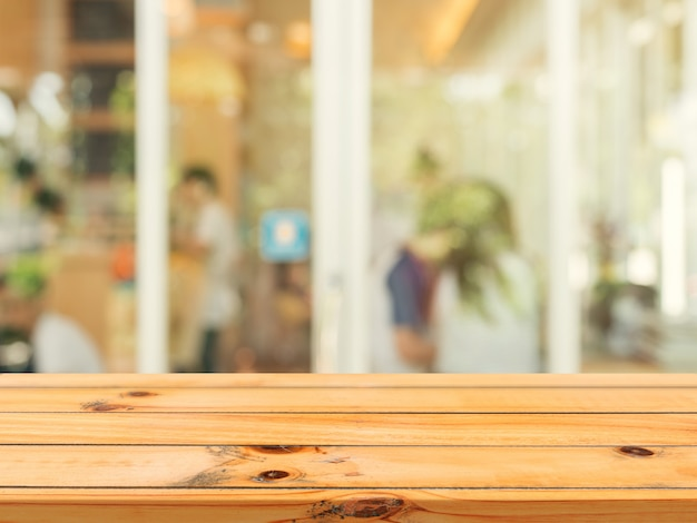Tablero de madera tabla vacía desenfoque en el fondo del café.