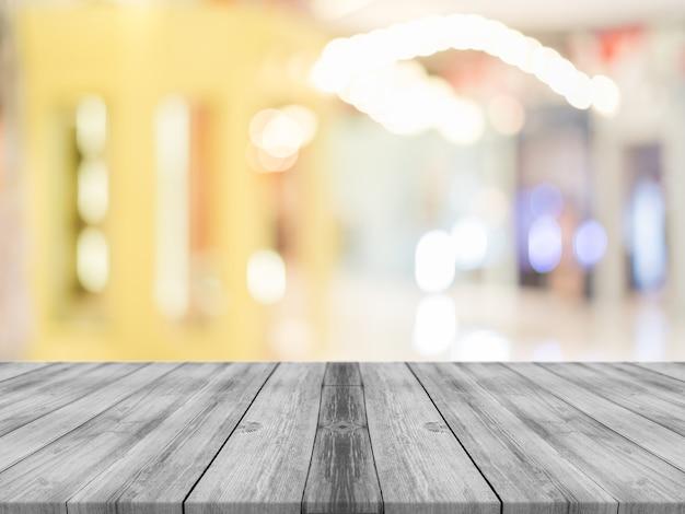 Tablero de madera vacía tabla de desenfoque en el fondo de la cafetería.