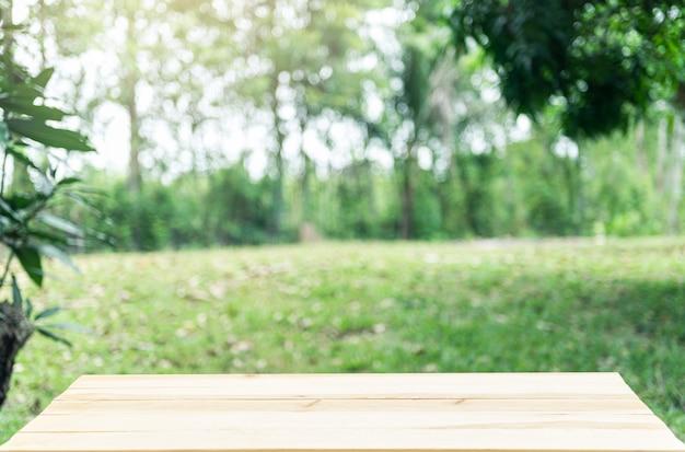 Tablero de madera vacía con verde