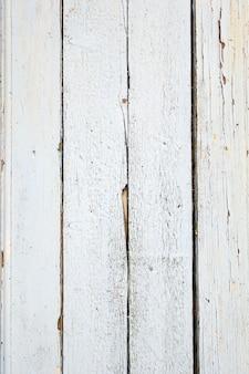 Tablero de madera vieja pintada fondo blanco.