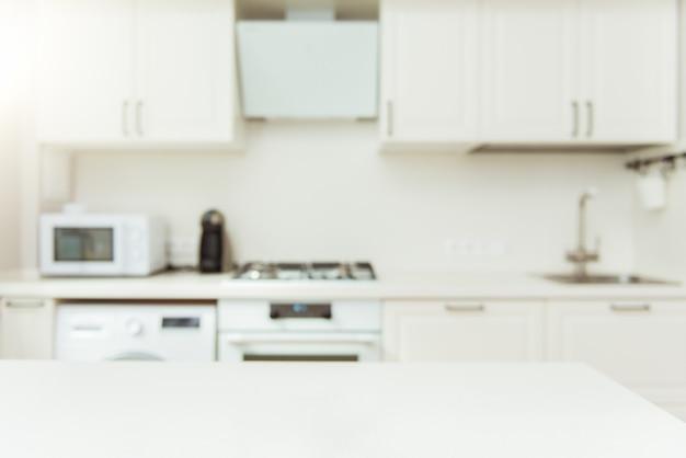 Tablero de mesa vacío en blanco y fondo de cocina moderna desenfocada. diseño para proyecto de diseño en blanco.