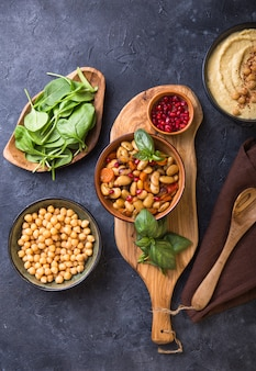 Tablero de mezze mediterráneo con hummus, frijoles, espinacas.