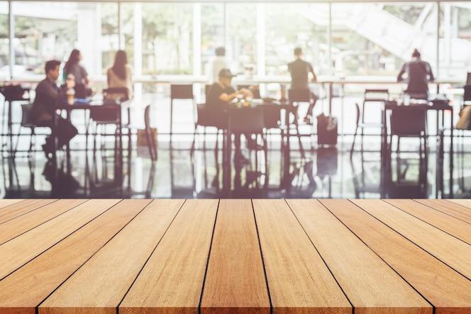 Tablero o tabla de madera vacía y fondo borroso abstracto