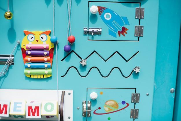 Tablero ocupado para niños. juguetes educativos para niños. tablero de juego de madera. diy busyboard.