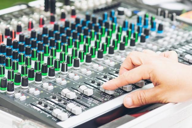 Tablero del panel de la consola del mezclador de sonido del control del hombre
