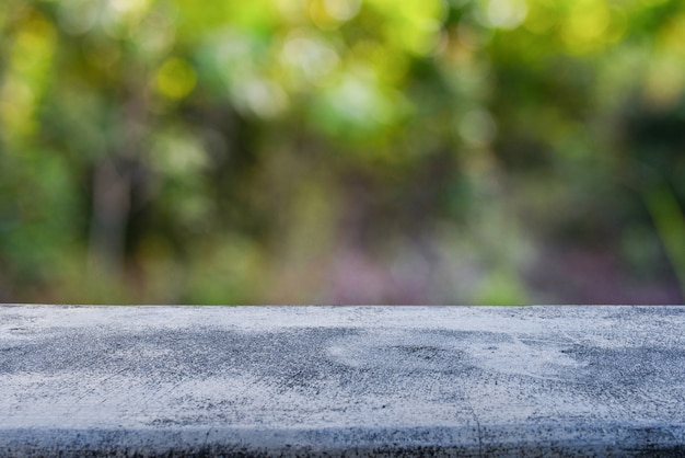 Tablero de piedra vacío con fondo borroso