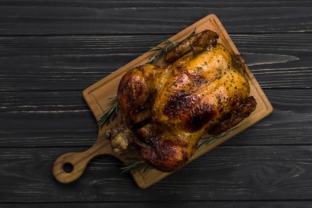 Tablero con pollo asado