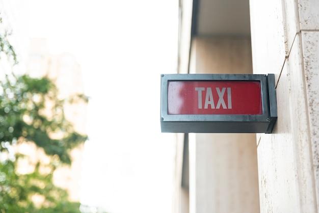Tablero de señal de taxi con fondo borroso
