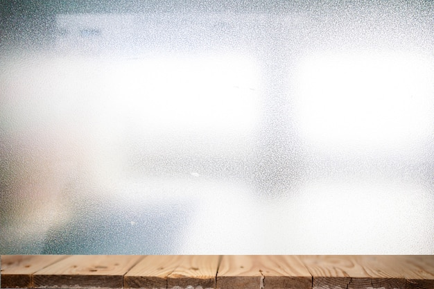 Tablero de tabla de madera sobre fondos abstractos, las características de la luz incide en la superficie, causando ruido y textura de grano