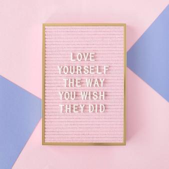 Tablero de texto motivacional rosa plano lay