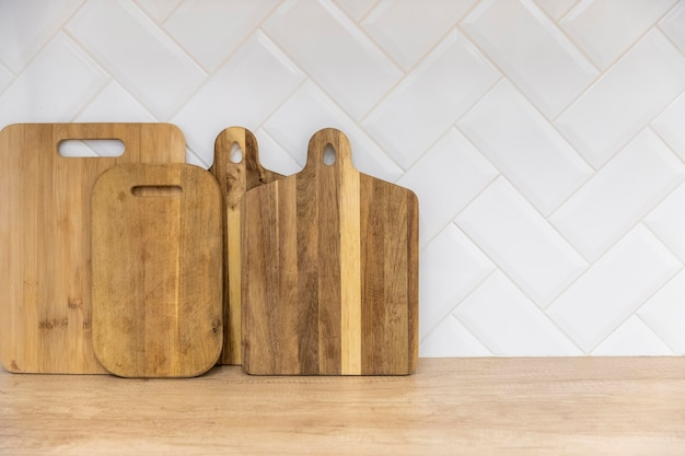 Tableros de madera en la encimera de la cocina