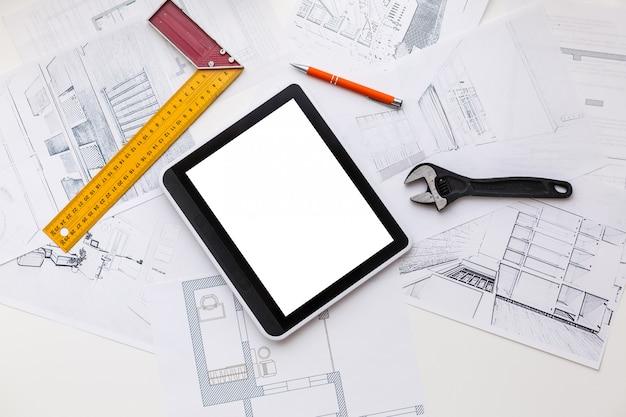 Tablet para computadora con diseño de baño principal sobre planos de la casa,