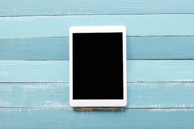 La tablet pc sobre un fondo azul.