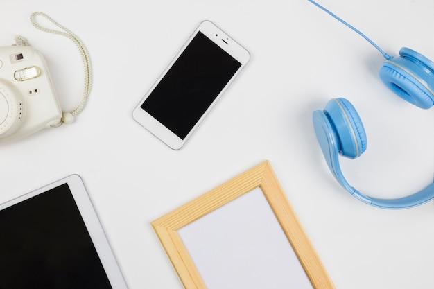 Tablet y smartphone con marco en blanco.